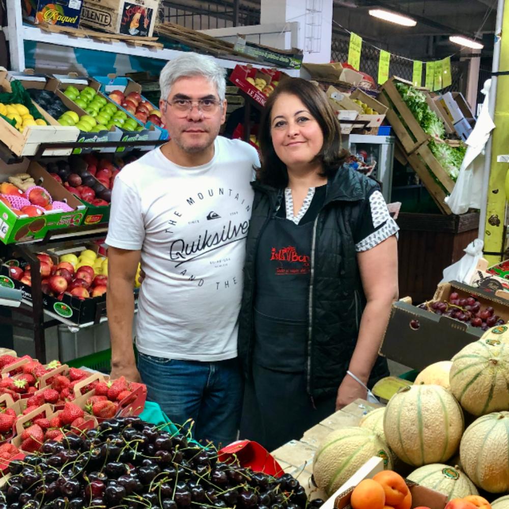 photo des commercants du marché debussy au bonheur des fruits devant leur étalage