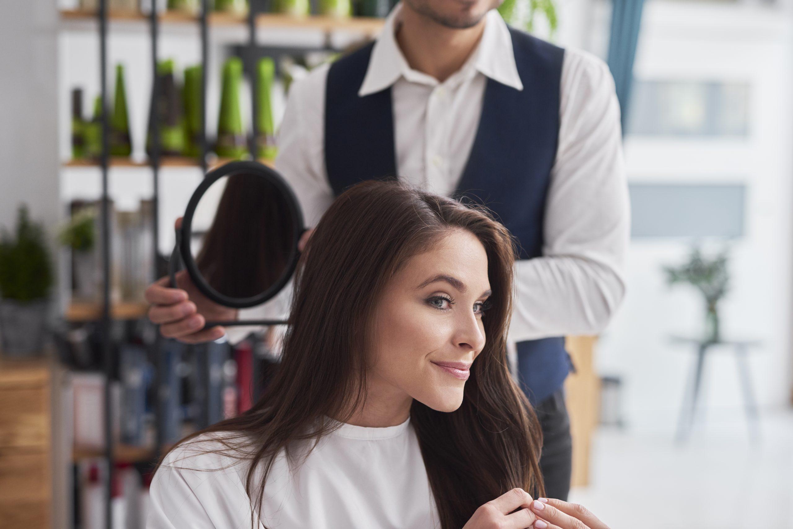 photo d'une jeune femme se faisant coiffer